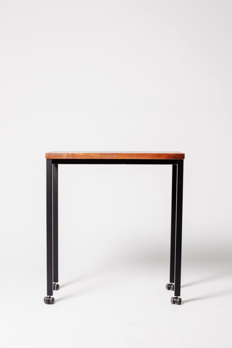 mesa-madera-y-metal-con-ruedas-para-hosteleria